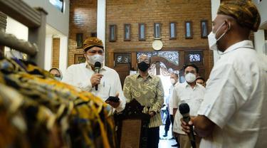 Menteri Koordinator Bidang Perekonomian Airlangga Hartarto berkunjung ke pelaku usaha batik di Kota Pekalongan, Kamis (16/09/2021)
