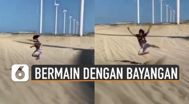 Video seorang pria bermain dengan bayangan kincir angin raksasa viral di media sosial.