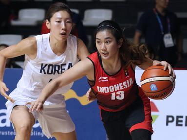 Pebasket putri Indonesia, Christine Aldora Tjundawan (kanan) menghindari kawalan pemain Korea, Lim Yunghui pada babak penyisihan Grup X Basket Putri Asian Games 2018 di Jakarta, Rabu (15/8). Indonesia kalah 40-108. (Liputan6.com/Helmi Fithriansyah)