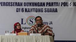 Peneliti LSI Denny JA, Adjie Alfaraby (kanan) didampingi moderator Fitri Hari menyampaikan hasil rilis tentang 'Pergeseran Dukungan Partai Politik di 6 Kantong Suara' di Jakarta, Rabu (20/2). (Liputan6.com/Faizal Fanani)