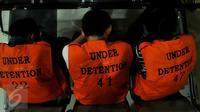 Sejumlah orang WNA Taiwan saat akan di pulangkan ke negara asalnya, dari Kalideres, Jakarta, Rabu (16/12). Direktorat Jenderal Imigrasi mendeportasi 49 WN Taiwan dan satu WN Tiongkok terkait tindak pidana kejahatan siber. (Liputan6.com/Faisal R Syam)
