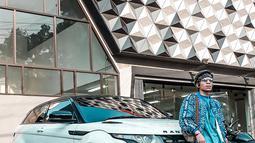 Tak hanya mendandani dirinya dengan outfit berharga fantastis, Atta juga memberikan perawatan penuh untuk mobil Range Rover Evoque miliknya. Tak tanggung-tanggung ia bisa menghabiskan ratusan hingga miliyaran rupiah demi membuat mobilnya terlihat keren. (Liputan6.com/IG/@attahalilintar)