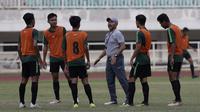 Pelatih Timnas Indonesia U-19, Fakhri Husaini, memberikan arahan kepada pemainnya saat latihan di Stadion Pakansari, Bogor, Rabu (2/10). Latihan ini merupakan persiapan jelang AFF U-19 di Vietnam. (Bola.com/Yoppy Renato)