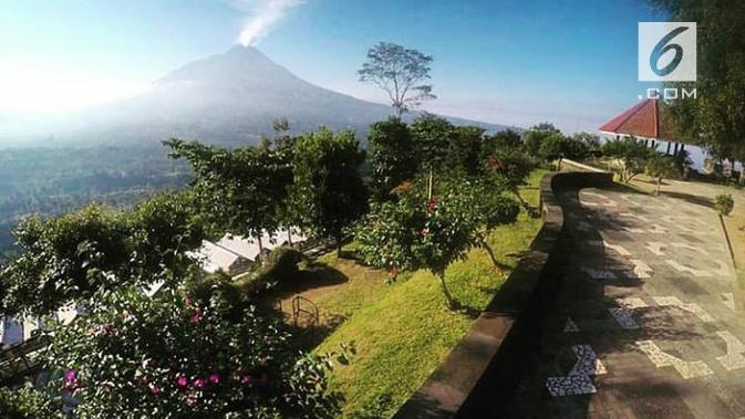 Jika datang terlambat dan tak sempat menyambut matahari terbit, jangan khawatir Merapi masih indah dilihat dari Ketep Pass. (foto: Liputan6.com / edhie prayitno ige)