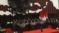 Presiden Joko Widodo membungkukan badan ke arah anggota dewan sebelum menyampaikan Pidato Kenegaraan pada Sidang Tahunan MPR 2019 di Kompleks Parlemen, Senayan, Jakarta, Jumat (16/8/2019). Jokowi akan menyampaikan pidato dalam tiga sesi dengan tema yang berbeda. (Liputan6.com/Johan Tallo)