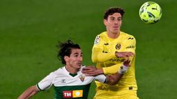 Pau Torres (kanan) merupakan salah satu pemain yang berjasa membawa Villareal menjadi juara Liga Europa musim lalu. Ia merupaka pemain yang memiliki kemampuan bola-bola panjang dengan tingkat keberhasilan mencapai 87,8%. (Foto: AFP/Jose Jordan)