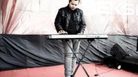 Rixx Dadali, keyboardis band Dadali (https://www.instagram.com/p/y3XwcNQpAS/)