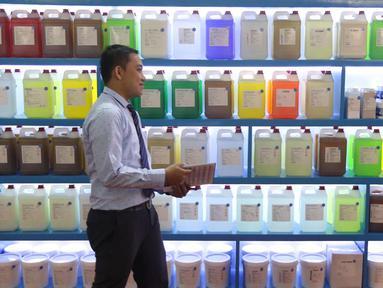 Penjaga stan di depan deterjen cair di pameran Expo Clean dan Expo Laundry 2018 di Jakarta, Selasa (27/3). Pameran tersebut merupakan pameran dagang yang menampilkan produk dan jasa dalam industri cleaning dan laundry. (Liputan6.com/Angga Yuniar)
