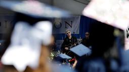 Musisi Jon Bon Jovi bersama bandnya tampil memberikan kejutan pada pesta kelulusan Universitas Fairleigh Dickinson di New Jersey, AS, Selasa (16/5). Jon Bon Jovi menyanyikan lagu Reunion, lagu tentang mengenang masa kebersamaan. (AP Photo/Julio Cortez)