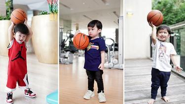 [Fimela] Gaya Raphael Moeis saat Main Bola Basket