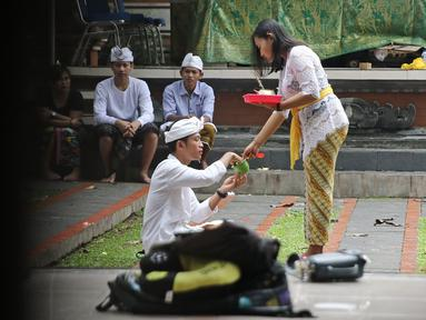 Sejumlah umat Hindu melakukan sembahyang di Pura Aditya Jaya, Jakarta, Sabtu (17/3). Sembahyang tersebut dilakukan untuk perayaan Hari Raya Nyepi Tahun Baru Saka 1940. (Liputan6.com/Herman Zakharia)
