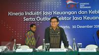 Ketua OJK, Muliaman Hadad bersiap memberi keterangan pers catatan akhir tahun OJK di gedung OJK, Jakarta, Jumat (30/12). OJK menyebutkan Sektor jasa keuangan domestik masih berada dalam kondisi normal.(Liputan6.com/Angga Yuniar)
