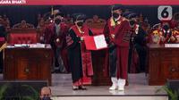 Presiden Republik Indonesia ke-5, Megawati Soekarnoputri (kiri-depan) saat menerima surat Pengukuhan Guru Besar di Aula Merah Putih Universitas Pertahanan, Sentul, Bogor, Jumat (11/6/2021). Megawati menerima gelar Profesor Kehormatan dari Universitas Pertahanan. (Liputan6.com/Helmi Fithriansyah)
