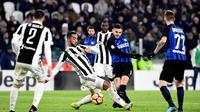 Kapten Inter Milan, Mauro Icardi, melepaskan tendangan ke gawang Juventus pada laga Serie A di Stadion Allianz, Turin, Minggu (10/12/2017). Juventus bermain imbang 0-0 dengan Inter Milan. (AFP/Miguel Medina)