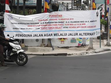 Pengendara berhenti di lampu merah Ampera, Jakarta, Selasa (7/8). Jalan Taman Margasatwa Ragunan, Margasatwa Barat, Cilandak KKO, dan Ampera akan ditutup saat pelaksanaan Api Obor Asian Games 2018 pada 15 Agustus mendatang. (Liputan6.com/Herman Zakharia)
