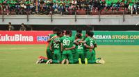 Persebaya Surabaya dalam duel kontra Madura United, Minggu (28/1/2018) di Stadion Gelora Bung Tomo, Surabaya. (Bola.com)