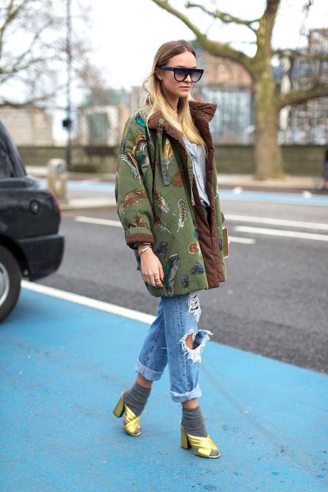 Mix and match kaos kaki dengan heels favoritmu. (sumber foto: Patrycja Toczyńska/pinterest)
