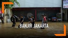 Banjir kiriman datang tiba-tiba di malam hari merendam 1 RW di Cililitan Jakarta timur. Banyak warga yang memilih bertahan di rumahnya masing-masing sambil menunggu banjir surut