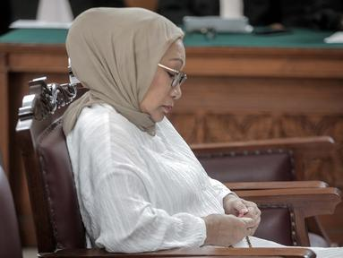 Terdakwa kasus penyebaran hoaks Ratna Sarumpaet memegang tasbih sambil menyimak pembacaan putusan dalam sidang di PN Jakarta Selatan, Kamis (11/7/2019). Majelis hakim memvonis Ratna dengan hukuman 2 tahun penjara atas kasus penyebaran berita bohong yang menjeratnya. (Liputan6.com/Faizal Fanani)