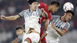 Bek Timnas Indonesia, Hansamu Yama, melepaskan sundulan saat melawan Filipina pada laga Piala AFF 2018 di SUGBK, Jakarta, Minggu (25/11). Kedua negara bermain imbang 0-0. (Bola.com/M. Iqbal Ichsan)