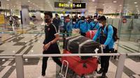 Skuat PSM saat tiba di Bandara Internasional Changi, Singapura (10/2/2020). (Bola.com/Abdi Satria)