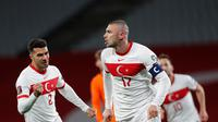 Striker Turki, Burak Yilmaz (kanan) merayakan gol ke gawang Belanda pada Kualifikasi Piala Dunia 2020 Grup G di Ataturk Olympic Stadium, Kamis (25/3/2021) dini hai WIB. (AFP/Murad Sezer)