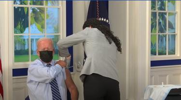 Presiden AS Joe Biden disuntik vaksin booster COVID-19.