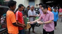 Pengusaha muda Tionghoa yang tergabung dalam Solo Youth Club membagikan bakpao kepada tukang becak dan pedagang di Solo, Jawa Tengah (Liputan6.com)
