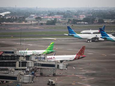 Pesawat milik sejumlah maskapai terparkir di areal Bandara Soekarno Hatta, Tangerang, Banten, Kamis (16/5/2019). Pemerintah akhirnya menurunkan tarif batas atas (TBA) tiket pesawat atau angkutan udara sebesar 12-16 persen yang berlaku mulai Kamis hari ini.(Www.sulawesita.com)