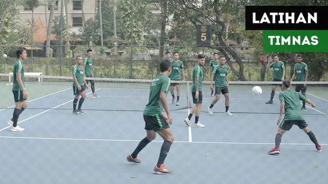 Berita video momen latihan Timnas Indonesia di lapangan tenis jelang keberangkatan skuat ke Thailand untuk laga ketiga Piala AFF 2018.