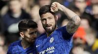 Striker Chelsea, Olivier Giroud, melakukan selebrasi usai membobol gawang Tottenham Hotspur pada laga Premier League di Stadion Stamford Bridge, Sabtu (22/2/2020). Chelsea menang 2-1 atas Tottenham Hotspur. (AP/Kirsty Wigglesworth)