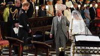 Pangeran Charles antar Meghan Markle ke altar. (JONATHAN BRADY / POOL / AFP)