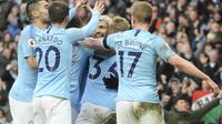 Para pemain Manchester City merayakan gol yang dicetak ke gawang Chelsea dalam laga lanjutan Premier League di Stadion Etihad, Senin (11/2/2019) dini hari WIB. (AP Photo/Rui Vieira)