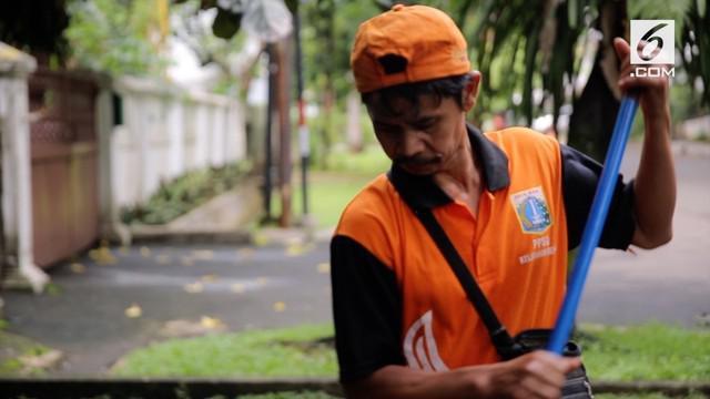 Keberadaan pasukan oranye atau Petugas Prasarana dan Sarana Umum (PPSU) sangat membantu warga DKI Jakarta dari menyapu jalanan hinggi membersihkan lingkungan warga sesudah terjadinya banjir