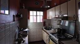 Pemandangan dapur sebuah apartemen yang dibiarkan kosong di Caracas, pada 6 September 2018. Mereka yang meninggalkan Venezuela akibat dari krisis memutuskan tidak menjual propertinya karena harga yang turun secara signifikan. (AFP / Federico PARRA)
