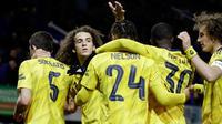 Bek Arsenal, Sokratis Papastathopoulos bersama rekan setimnya merayakan gol yang dicetaknya ke gawang Portsmouth pada laga putaran lima Piala FA di Fratton Park, Senin (2/3/2020). Arsenal sukses membungkam tuan rumah Portsmouth dengan skor 2-0. (AP Photo/Kirsty Wigglesworth)