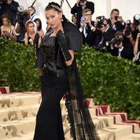 """Model Bella Hadid berpose saat menghadiri Met Gala 2018 di Metropolitan Museum of Art, New York (7/5). Tema Met Gala kali ini adalah """"Heavenly Bodies: Fashion dan Catholic Imagination"""". (AP Photo/Evan Agostini)"""
