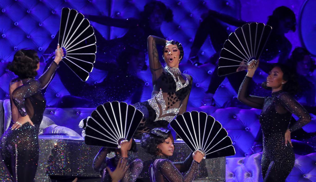 """Penyanyi Rapper Cardi B tampil membawakan lagu """"Money"""" di atas panggung Grammy Awards 2019 yang digelar di Staples Center, Los Angeles, Minggu (10/2). Cardi B tampil dengan pakaian transparan yang super ketat. (Matt Sayles/Invision/AP)"""