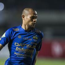 Bek Persib, Supardi Nasir, mengontrol bola saat melawan Persija pada laga Liga 1 di Stadion GBLA Bandung, Jawa Barat, Sabtu (22/7/2017). Kedua klub bermain imbang 1-1. (Bola.com/Vitalis Yogi Trisna)