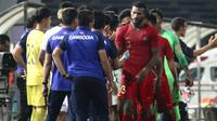 Penyerang Timnas Indonesia U-22, Marinus Wanewar, melakukan selebrasi bernada negatif ke bench Timnas Kamboja U-22. (Bola.com/Zulfirdaus Harahap)