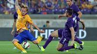 Bek Fiorentina, Gonzalo (kanan) berusaha merebut bola dari gelandang Ivan Rakitic saat International Champions Cup (ICC) 2015 di Stadio Artemio Franchi, Senin (3/8/2015). Fiorentina menang atas Barcelona dengan Skor 2-1. (AFP PHOTO/TIZIANA FABI)