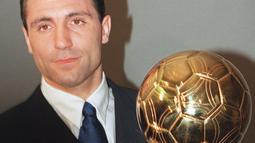 Hristo Stoichkov bersama Bulgaria mampu mengejutkan dunia ketika mereka dapat finish peringkat keempat Piala Dunia 1994. Selain itu, Stoichkov juga mengantar Barcelona meraih juara LA Liga pada musim 1993/1994. Pantas jika dirinya dianugerahi penghargaan Ballon d'Or. (Foto: AFP/Gerard Julien)