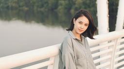 Tampil dengan gaya rambut pendek, pemeran Mia dalam film 'Yowis Ben 2' ini nampak semakin fresh dan menawan. Banyak warganet yang menyebutnya terlihat bak masih berusia 20-an. (Liputan6.com/IG/anggikabolsterli)
