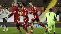 Striker Liverpool, Mohamed Salah (tengah), melakukan selebrasi usai mencetak gol ke gawang Fulham melalui eksekusi penalti dalam laga lanjutan Liga Inggris 2020/21 pekan ke-12 di Craven Cottage, Minggu (13/12/2020). Liverpool bermain imbang 1-1 dengan Fulham. (AFP/Matt Dunham/Pool)