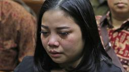 Keluarga terdakwa kasus dugaan korupsi investasi perusahaan di Blok Basker Manta Gummy (BMG) Australia tahun 2009, Karen Agustiawan menangis saat menghadiri sidang pembacaan putusan di Pengadilan Tipikor, Jakarta, Senin (10/6/2019). (Liputan6.com/Herman Zakharia)