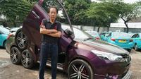 Ronny Gunawan pemilik taksi Gemah Ripah memodifikasi mobilnya menjadi unik. (Huyogo Simbolon)