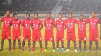 Para pemain Persis Solo mengenakan jersey pramusim saat melawan Persib Bandung di Stadion Manahan, Sabtu (15/2/2020). (Bola.com/Vincentius Atmaja)
