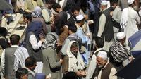 Pedagang penukaran uang Afghanistan menunggu pelanggan di halaman pasar pertukaran mata uang Sarai Shahzada, menyusul pembukaan kembali bank dan pasar setelah Taliban mengambil alih kekuasaan di Kabul, pada Sabtu (4/9/2021). (AP Photo/Wali Sabawoon)