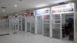 Loket layanan tiket PO bus AKAP  di Terminal Terpadu Pulogebang, Jakarta, Rabu (10/6/2020). Melambungnya harga tiket saat pandemi Covid-19 serta ditambah adanya pemberlakuan wajib memiliki SIKM bagi calon penumpang  membuat terminal sepi. (merdeka.com/Iqbal S. Nugroho)