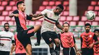 Madura United saat uji coba menghadapi Perseka Surabaya di Stadion Gelora Bangkalan, Bangkalan (18/1/2020). (Bola.com/Dok. Madura United)